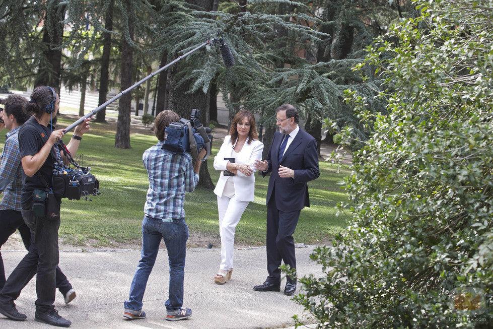 Ana Rosa y Mariao Rajoy (PP) pasean por La Moncloa