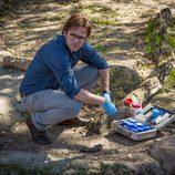 Jackson Oz tomando muestras para su investigación en 'Zoo'