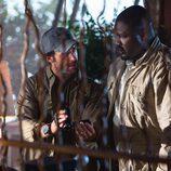 Abraham observa las imágenes del ataque de las fieras en 'Zoo'