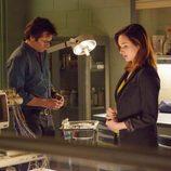 Mitch y Jamie en el laboratorio para intentar descubrir la verdad en 'Zoo'
