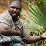Abraham investiga a los animales del entorno en 'Zoo'