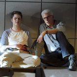 Russell habla con un joven herido para entretenerle en 'CSI: Las Vegas'