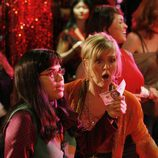 America Ferrera en una escena con Ashley Jensen