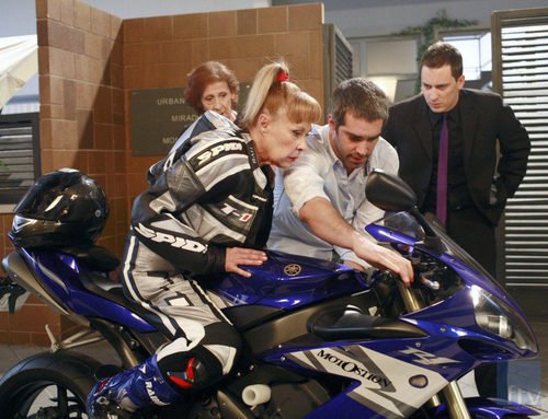 Sergio Arias enseña a Mari Tere a montar en moto en 'La que se avecina'