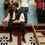 Pere Ponce en un descanso en el rodaje de 'El Ministerio del Tiempo'