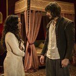 Margarita y Gonzalo de Montalvo conversan en la habitación en 'Águila Roja'