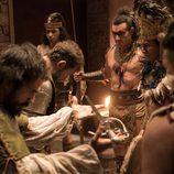 Hernán Cortes y su esfuerzo por atraerse a Moctezuma en 'Carlos, Rey Emperador'