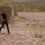 Héctor se desplaza por las arenas que rodean los invernaderos en 'Mar de plástico'