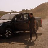 Héctor se baja del coche a su llegada a los invernaderos en 'Mar de plástico'
