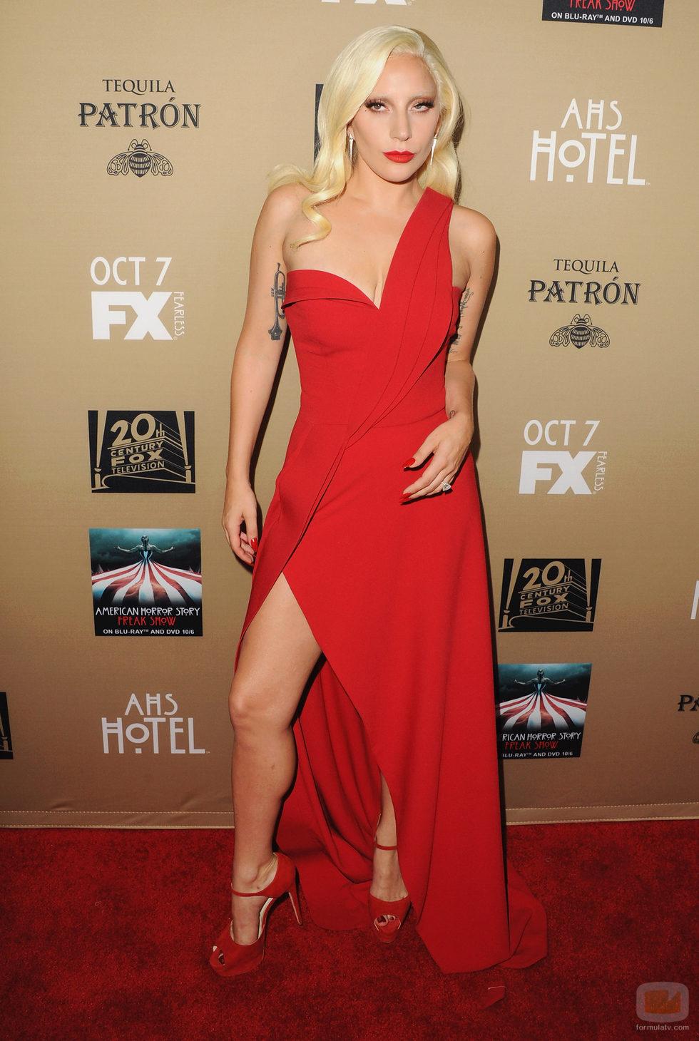 Lady Gaga de rojo pasión en la premiere de 'AHS: Hotel'