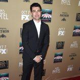 Max Greenfield muy sonriente en su paso por la premiere de 'AHS:Hotel'