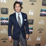 Brad Falchuk apoya a sus compañeros en la premiere de 'AHS:Hotel'