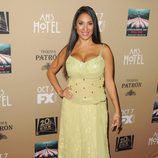 Liana Mendoza sorprendió con su traje amarillo en la premiere de 'AHS: Hotel'