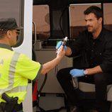 Héctor es inspeccionado por la guardia civil en 'Mar de plástico'