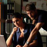 Salva y Lola siguen las pistas atentamente en el ordenador en 'Mar de plástico'
