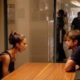 Salva, muy serio, interroga a Pilar en busca de la verdad en 'Mar de plástico'