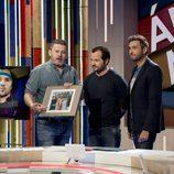 Ángel Martín le entrega un regalo a Miki Nadal en 'Zapeando'