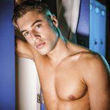 Abraham posa desnudo y de manera sensual frente a la taquilla de una sauna