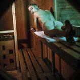 Abraham ('Super Shore') se desnuda y presume de trasero en una sauna gay