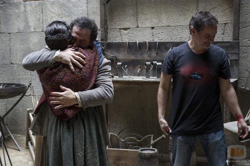 Pepa Aniorte y Santiago Molero se funden en un gran abrazo en su salida de 'Águila Roja'