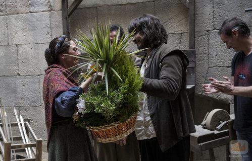 David Janer le entrega un regalo a Pepa Aniorte en su despedida de 'Águila Roja'