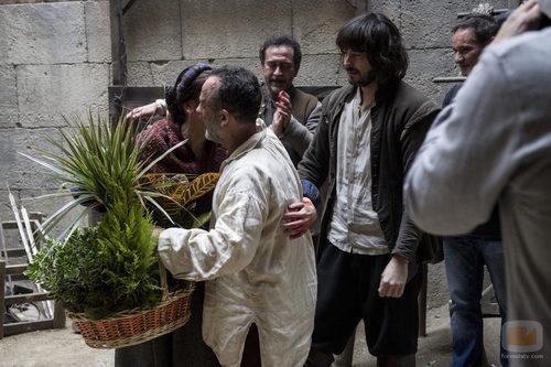 Javier Gutiérrez le da un emotivo abrazo a Pepa Aniorte antes de su marcha de 'Águila Roja'