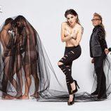 Angy, desnuda, se tapa los pechos con las manos