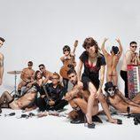 Angy, rodeada de un grupo de música desnudo
