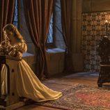 Isabel de Portugal reza sus oraciones en 'Carlos, Rey emperador'