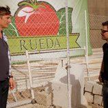 El capataz de Juan Rueda con Héctor en 'Mar de plástico'