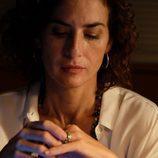 Marta mira cabizbajo su anillo en 'Mar de plástico'