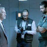Olmos y Robles se reúnen con los sospechosos en una pequeña sala en 'Olmos y Robles'