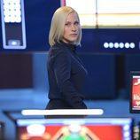 La doctora Avery Ryan rodeada de ordenadores en 'CSI: Cyber'