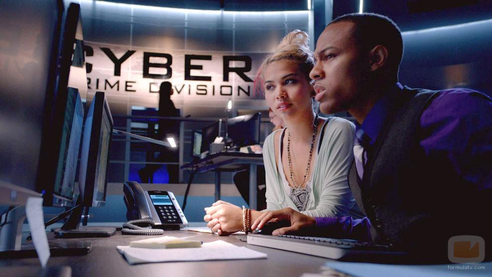 Raven Ramírez y Brody Nelson frente al ordenador en 'CSI: Cyber'