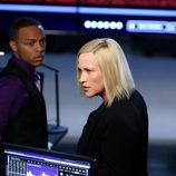Avery Ryan y Brody Nelson rodeados de tecnología en 'CSI: Cyber'