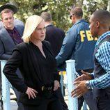 Brody Nelson hablando a Avery Ryan en 'CSI: Cyber'
