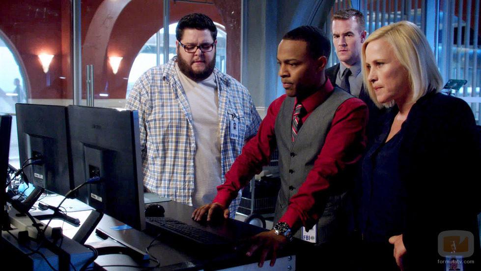 Daniel Grummitz, la doctora Avery Ryan y Brody Nelson frente al ordenador en 'CSI: Cyber'