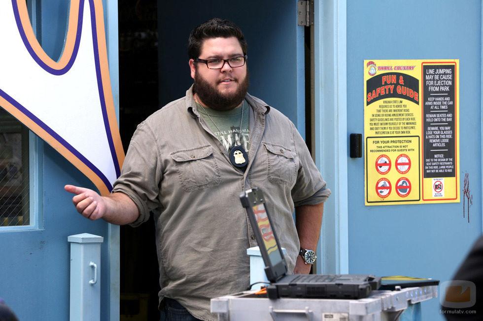 Daniel Grummitz de pie tras la puerta en 'CSI: Cyber'