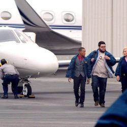 Daniel Grummitz, la doctora Avery Ryan, Elijah Mundon y Brody Nelson en el aeropuerto en 'CSI: Cyber'