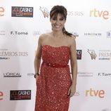 Helena Resano, de rojo y muy sonriente, en la alfombra de los Premios Iris 2015
