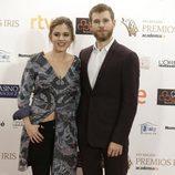 Álvaro Cervantes y Marina Salas saludan a los medios en los Premios Iris 2015