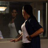 Lola mira por el espejo a Rueda en 'Mar de plástico'