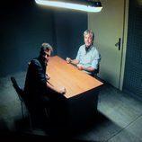 Amancio y Héctor en la sala de interrogatorio en 'Mar de plástico'