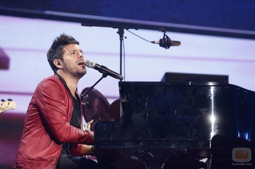 Pablo López tocando el piano en 'Cadena 100 a por ellas'