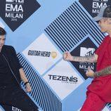El DJ Martin Garrix y Justin Bieber en la alfombra negra de los 'MTV EMAs 2015'