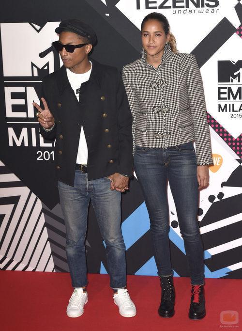 El cantante Pharrell Williams y Helen Lasichah en los premios 'MTV EMAs 2015'