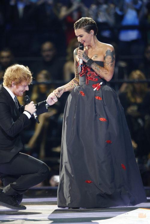 Ed Sheeran y Ruby Rosa en la gala de los premios 'MTV EMAs 2015'