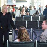 Avery Ryan en el aeropuerto en 'CSI: Cyber'