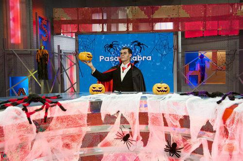 Christian Gálvez sujetando una calabaza en el especial de Halloween de 'Pasapalabra'