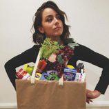 Chloe Bennet disfrazada de bolsa de hacer la compra